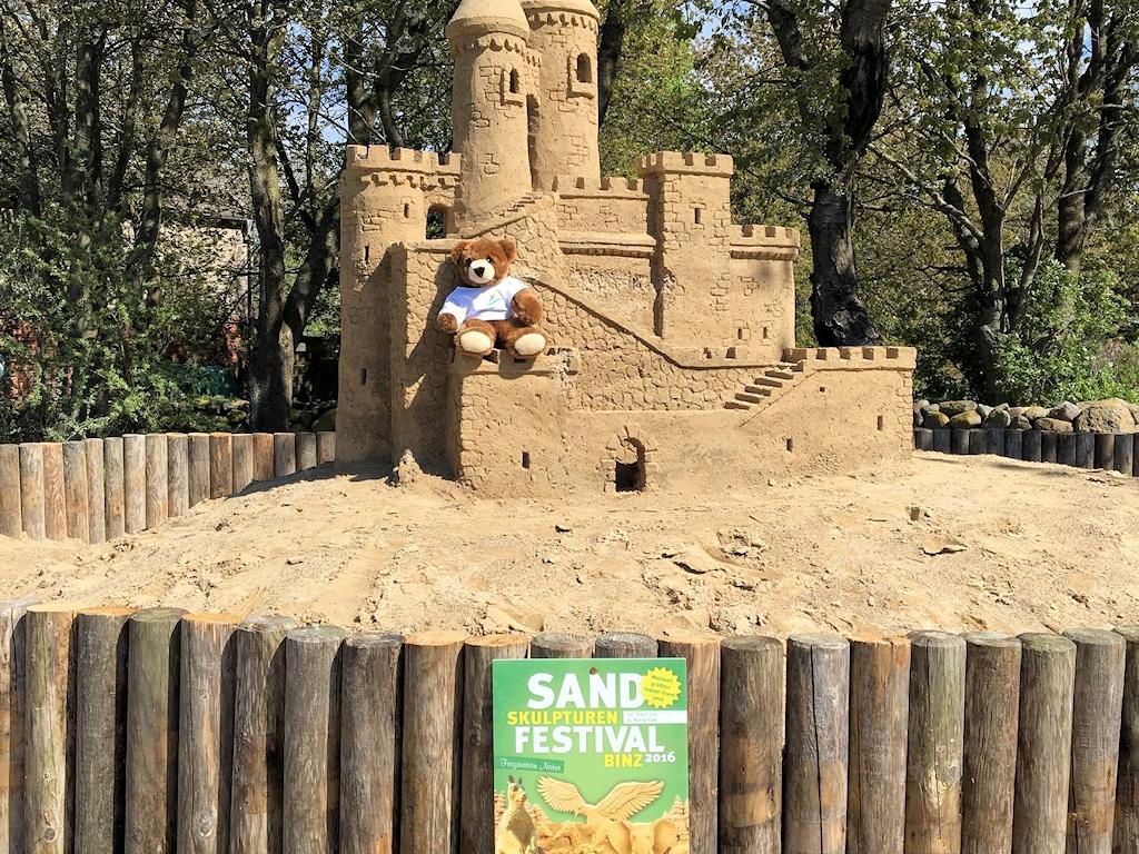 Der Urlaubär beim Sandskulpturen-Festival in Binz