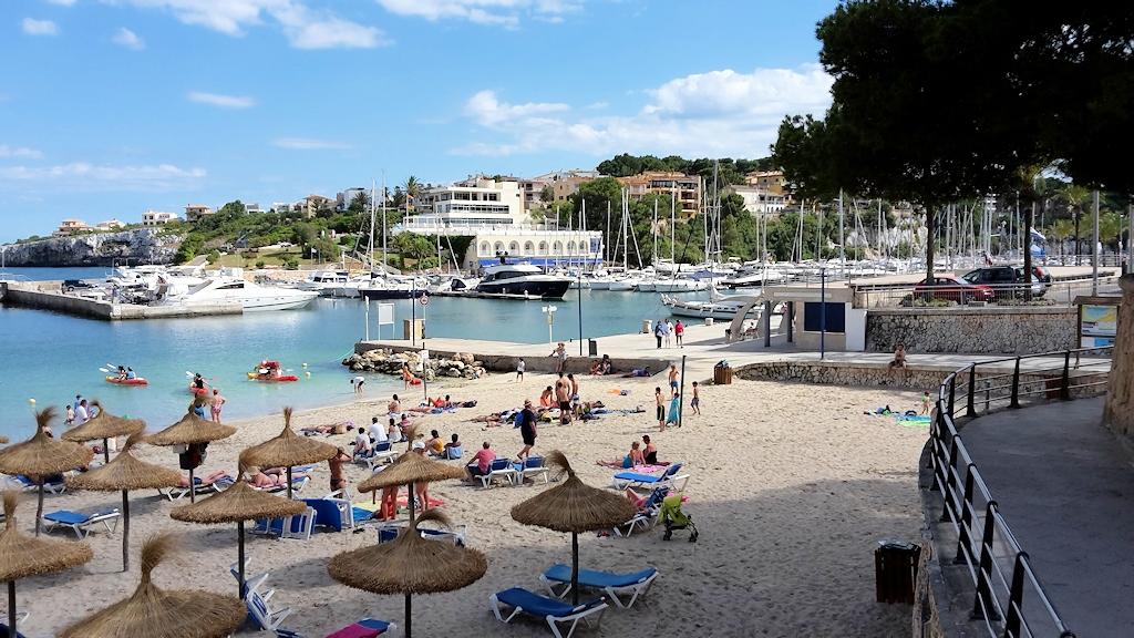 Strand und Yachthafen von Porto Christo
