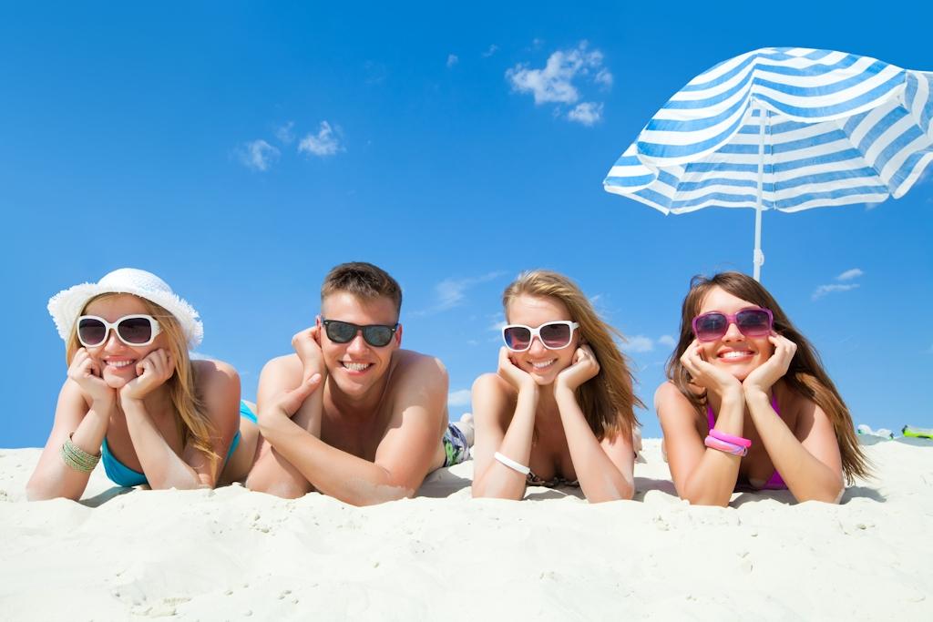 Der erste Urlaub ohne Eltern - Jugendliche im Urlaub am Strand