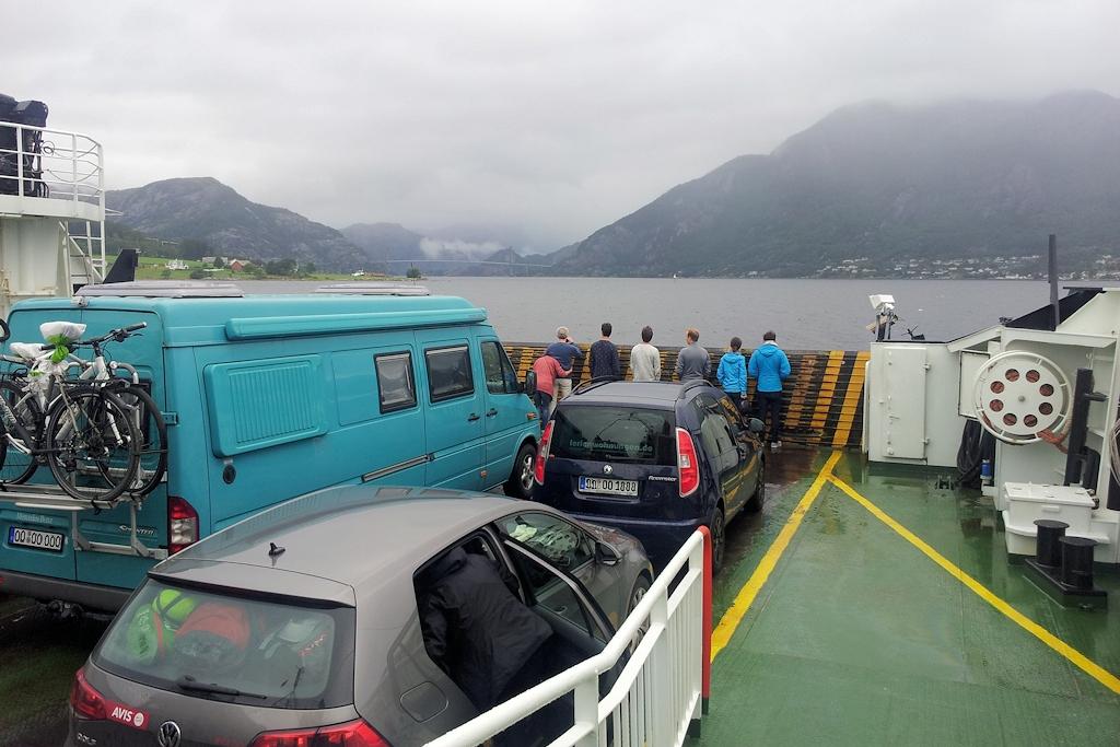 Mit der Fähre auf dem Weg zum Ferienhaus - Das Wetter verwehrt einen ersten Blick in den Lysefjord