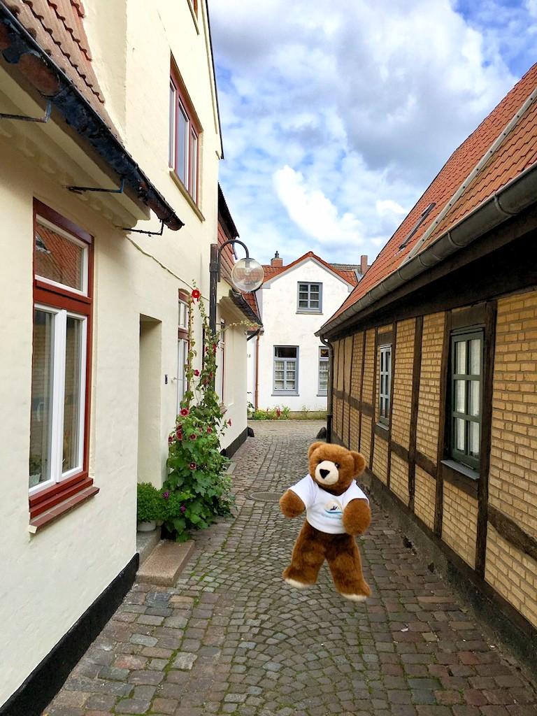 Der Urlaubär in den Gassen der Altstadt von Eckernförde