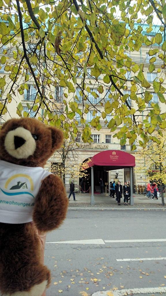 Der Urlaubär vor dem Hotel Adlon in Berlin