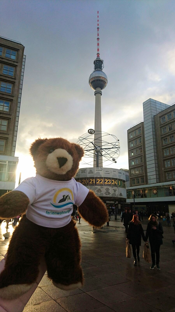 Der Urlaubär an der Weltzeituhr auf dem Berliner Alexanderplatz