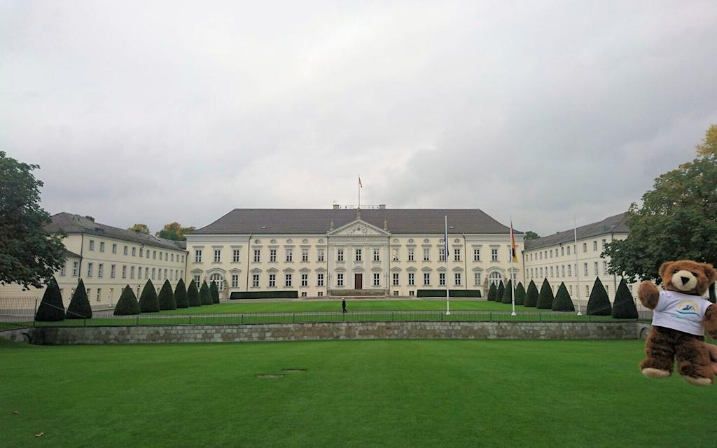 Das Schloss Bellevue in Berlin und der Urlaubär