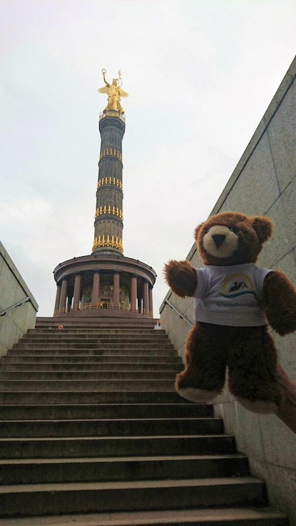 Der Urlaubär an der Siegessäule in Berlin
