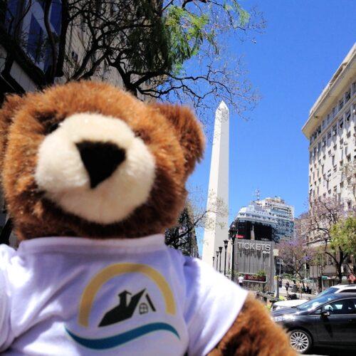 Der Urlaubär vor dem Obelisk von Buenos Aires
