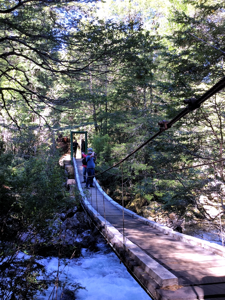 Hängebrücke über einen reißenden Fluss