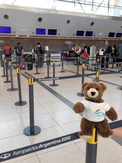 Der Urlaubär am Flughafen von Buenos Aires
