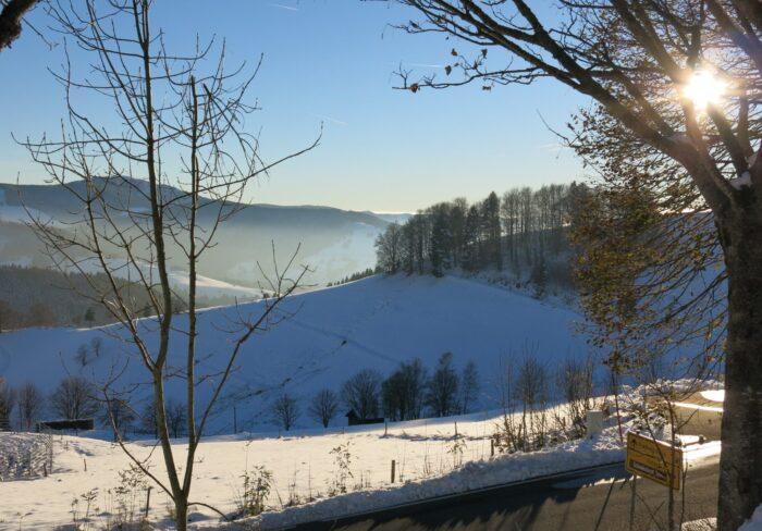Skigebiet Mugenbrunn mit Schwarzwaldbergen im Hintergrund