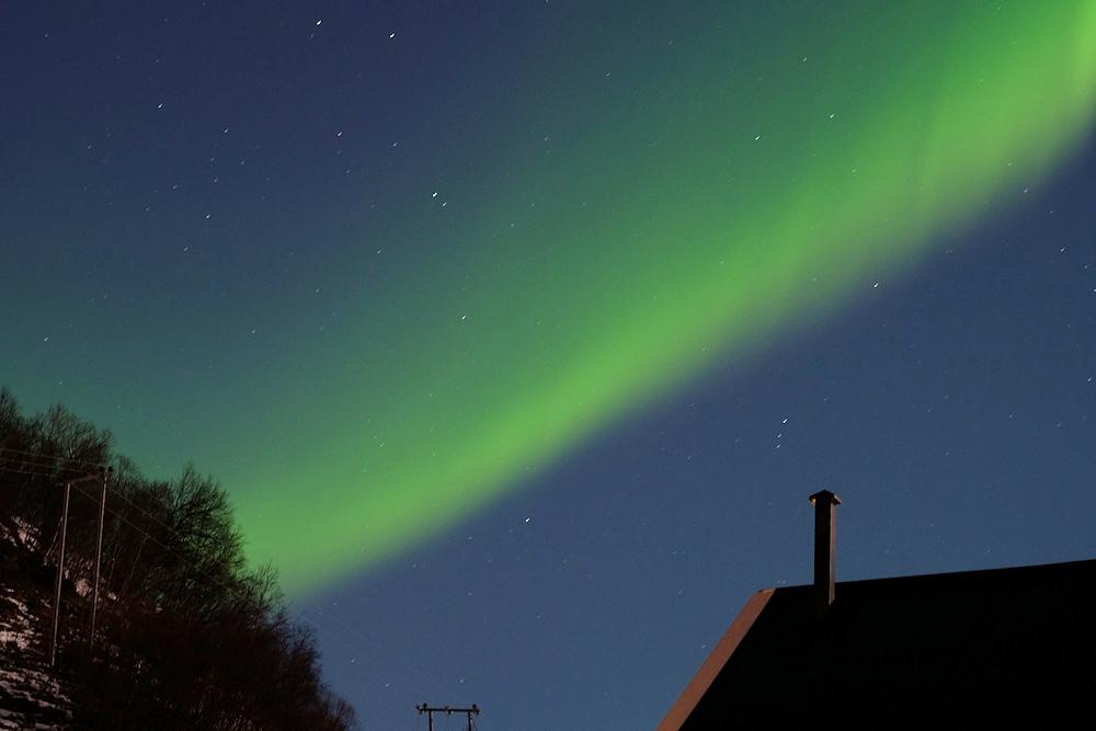 Aurora Borealis an Himmel über dem Ferienhaus