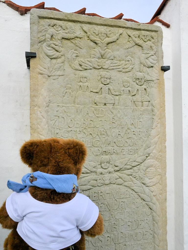 Einer der vielen Kommandeursteine an der Friedhofsmauer