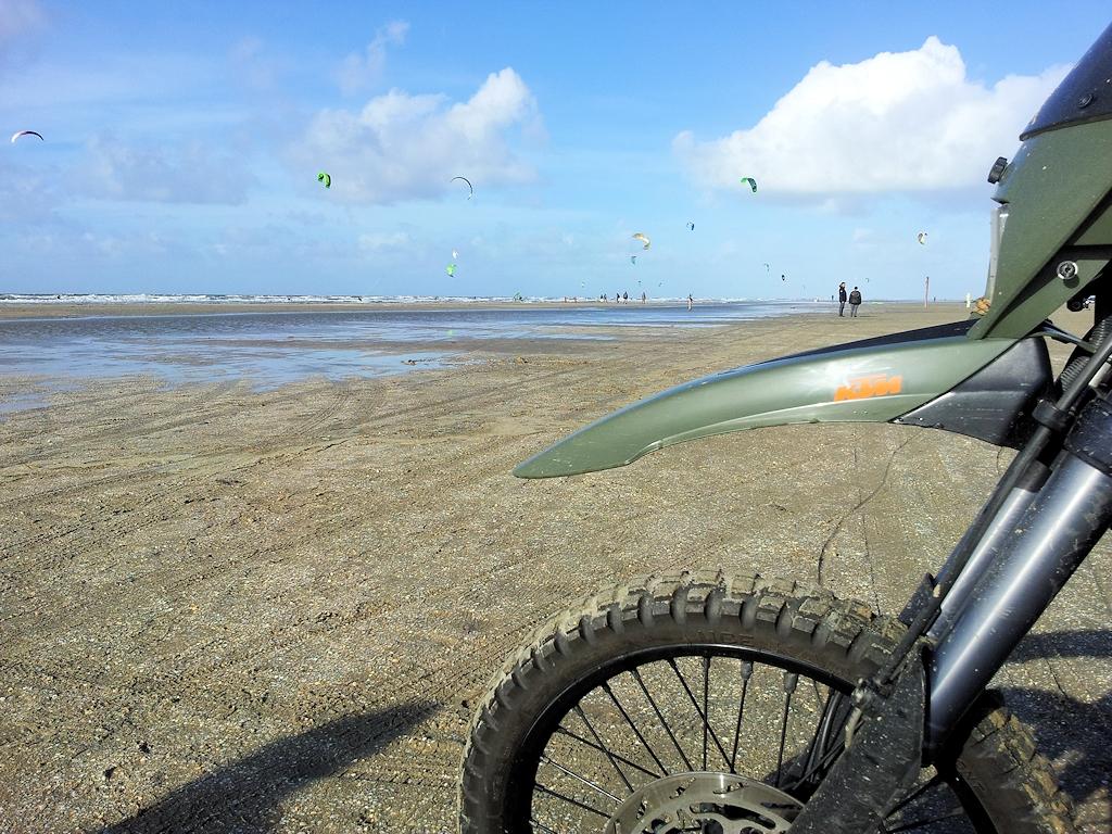 Ob mit Auto oder Motorrad - der breite Strand auf Rømø ist befahrbar
