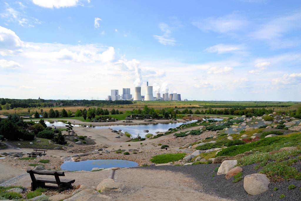 Blick vom Findlingspark Nochten auf das Kohlekraftwerk Boxberg