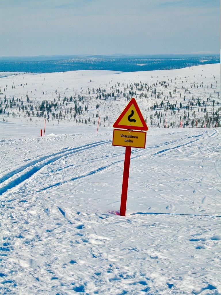 Warnhinweis an der Loipe Abfahrt von Berg Kiilopää