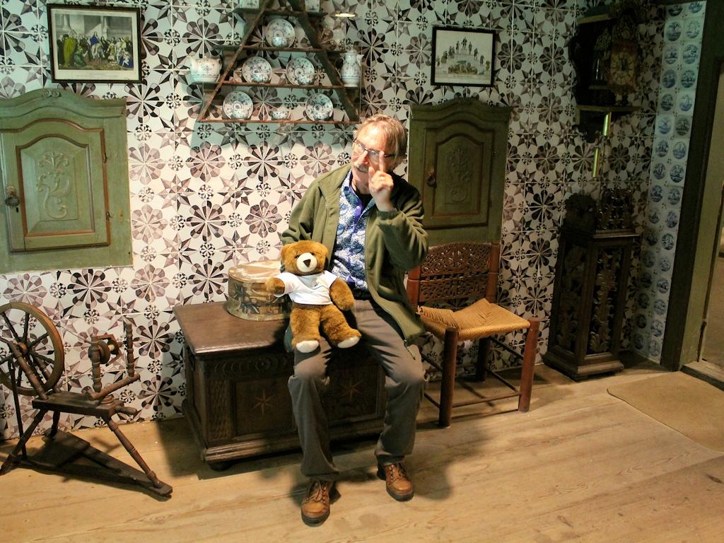 Jörg Hartman erklärt dem Urlaubär im Ostenfelder Bauernhaus