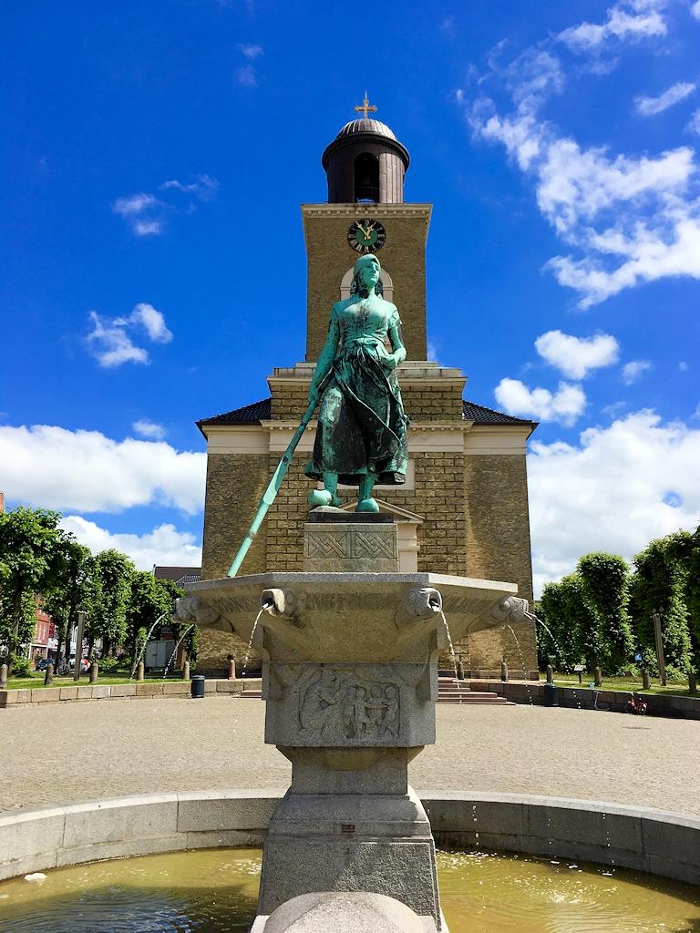 Husum mit dem Urlaubär - An Tine Brunnen und Marienkirche auf dem Husumer Marktplatz