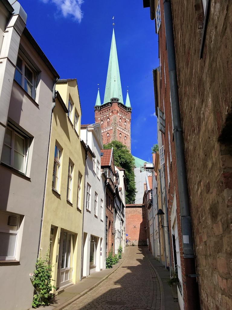 Blick auf die St.-Petri-Kirche zu Lübeck aus der Innenstadt