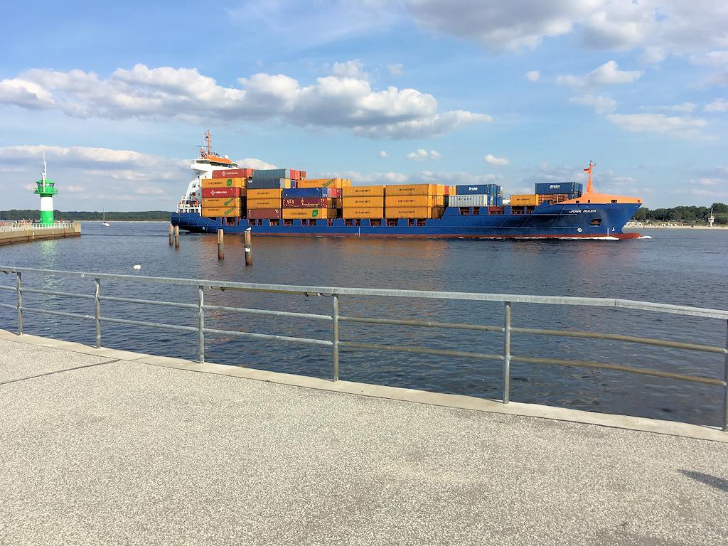 Frachtschiff bei der Einfahrt nach Travemünde