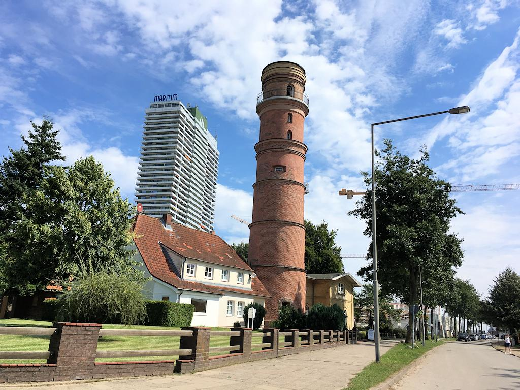 Der alte Leuchtturm von Travemünde (Im Hintergrund das Maritim-Hochhaus)