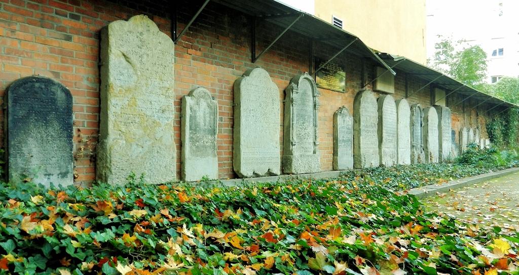 In die südliche Friedhofsmauer eingelassene Grabsteine