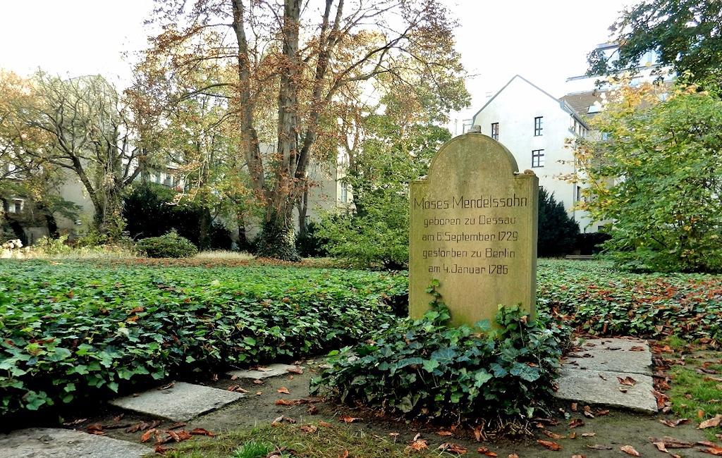 Mendelssohns Grabstein ist doppelseitig beschriftet: deutsch und hebräisch