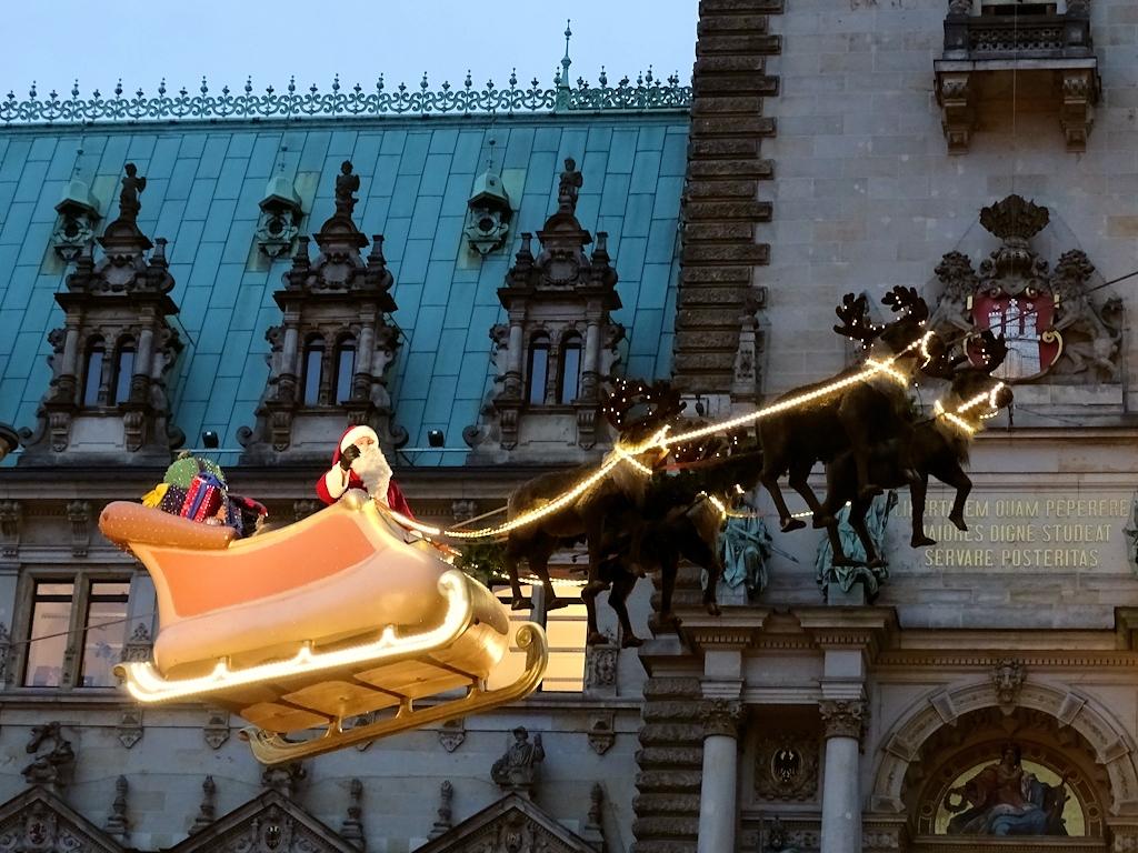 Der Weihnachtsmann fliegt über den Weihnachtsmarkt Hamburg