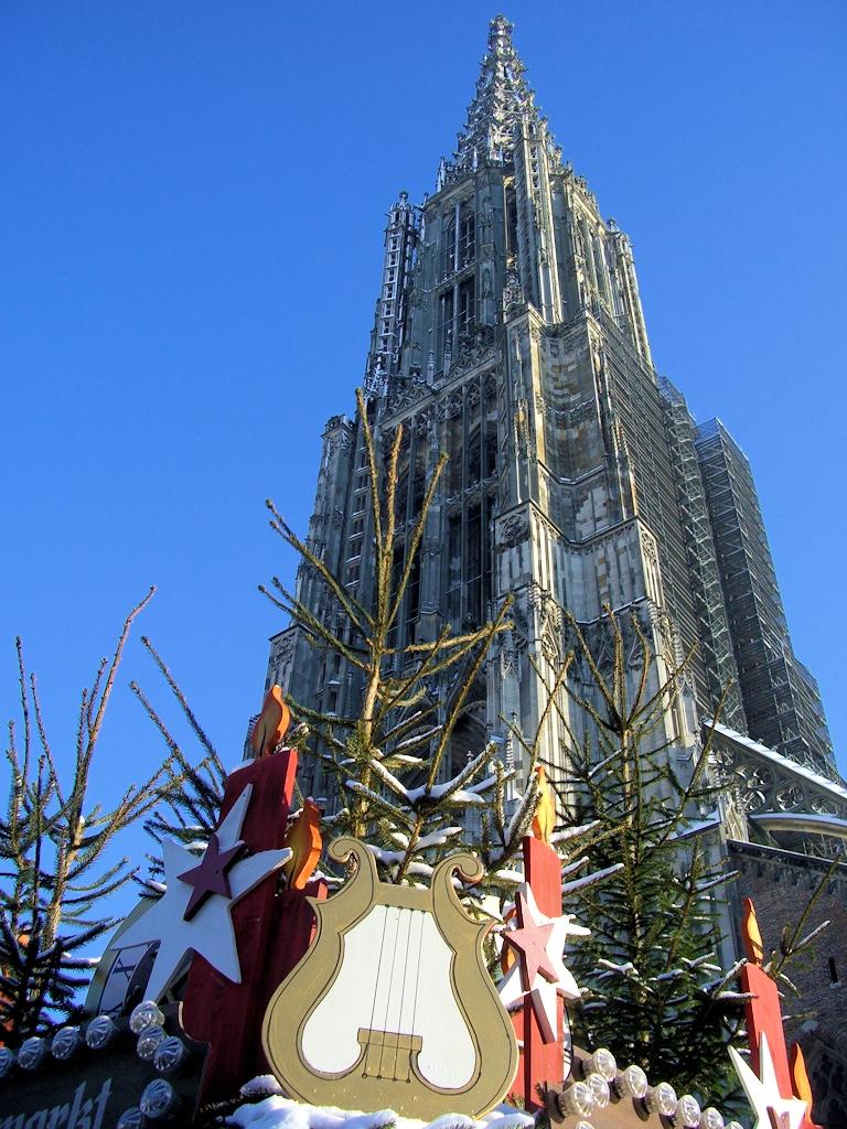 Weihnachtsmarkt unter dem höchsten Kirchturm der Welt