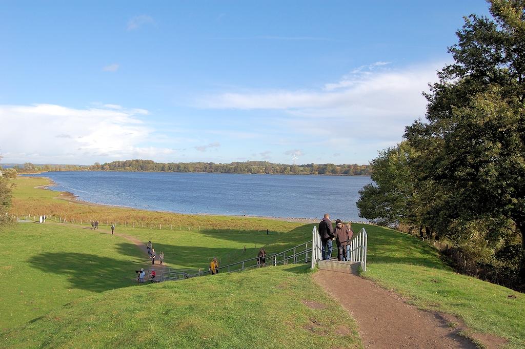 Urlaub bei den Wikingern in Schleswig-Holstein - Auf dem Halbkreiswall um die ehemalige Wikingerstadt Haithabu