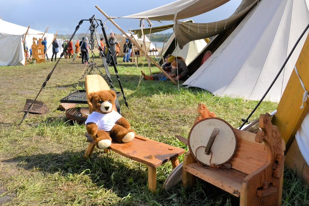 Urlaub bei den Wikingern in Schleswig-Holstein - Der Urlaubär auf einem Wikingermarkt in Haithabu