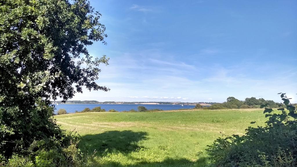 Ständiger Ausblick auf Dänemark beim Wandern auf und über Holnis