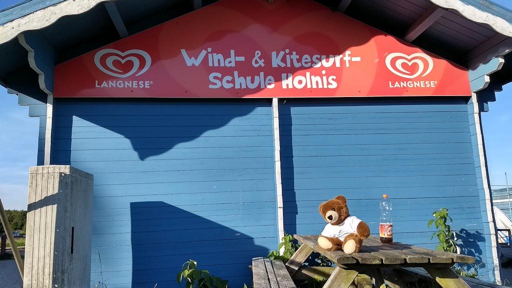 Der Urlaubär denkt an der Surfschule Holnis über einen Kitesurfing-Kurs nach
