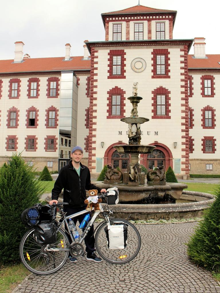 Chris und Urlaubär vor dem Schloss Elisabethenburg in Meiningen