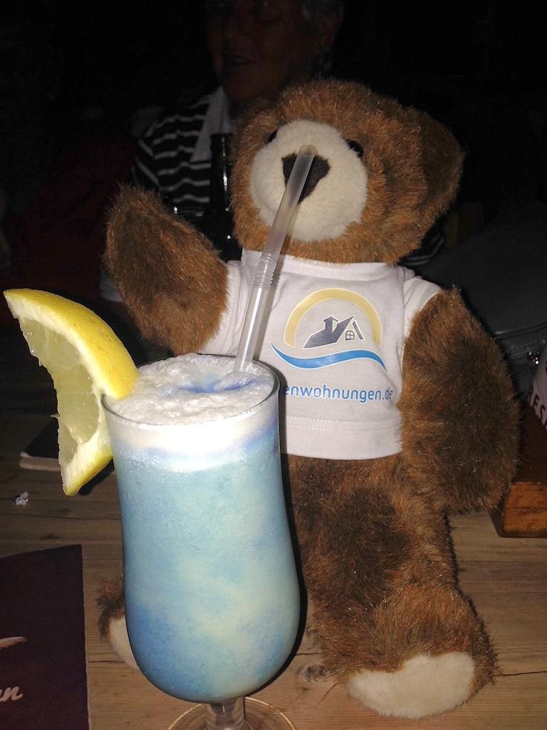 Der Urlaubär und sein erster Cocktail