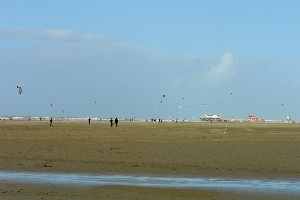 Sandbank mit den Pfahlbaurestaurants und Kitesurferrn