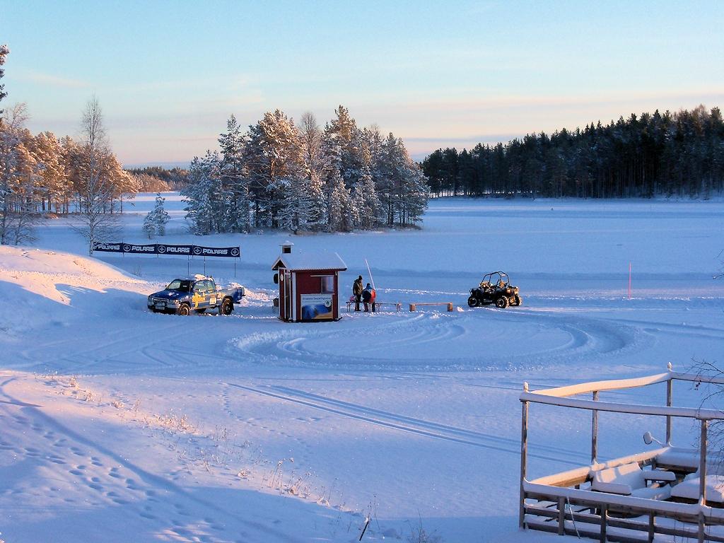 Eisbahn auf dem zugefrorenen See