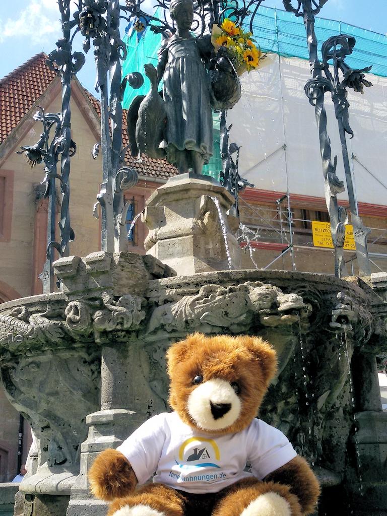 Der Urlaubär vor dem Gänseliesel-Brunnen in Göttingen