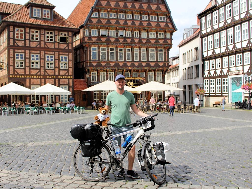 Chris und der Urlaubär auf dem Marktplatz in Hildesheim