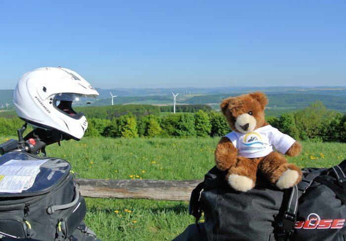 Der Urlaubär auf dem Motorrad im Weserbergland