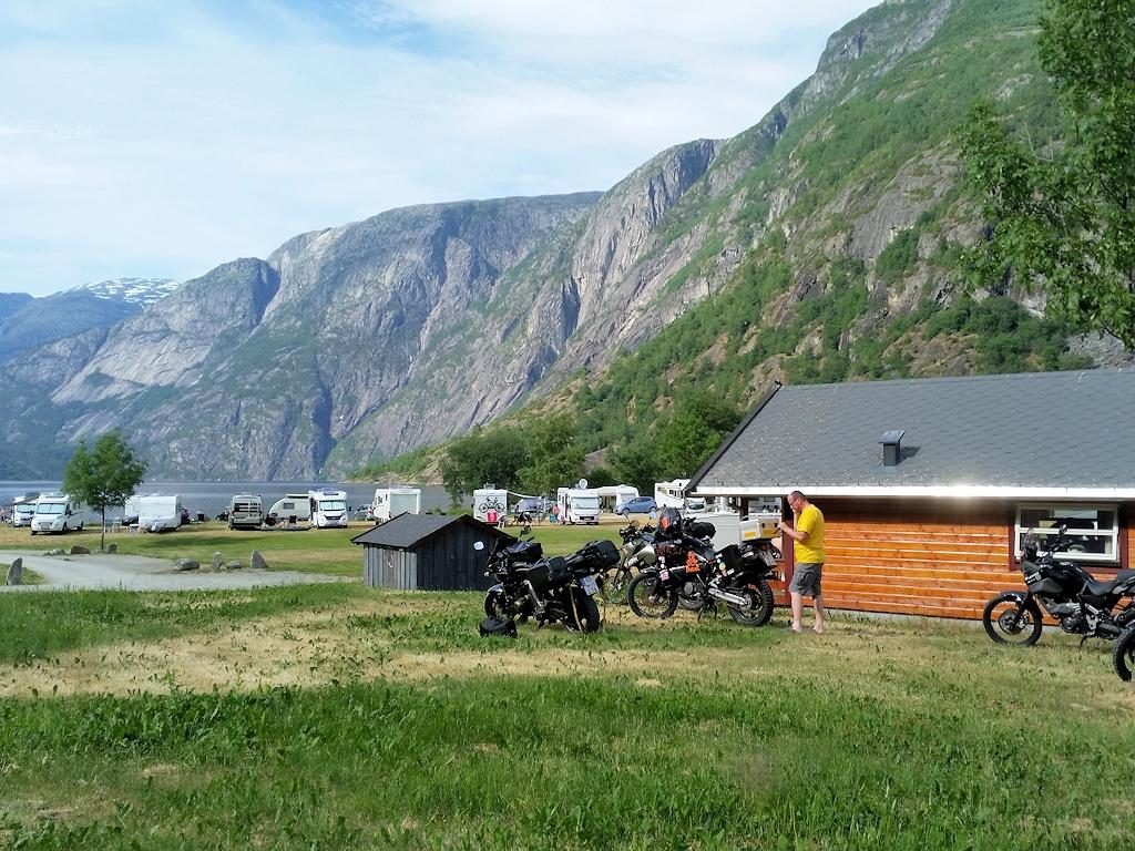 Fjordnorwegen mit dem Motorrad - Hütte auf Campingplatz in Eidfjord