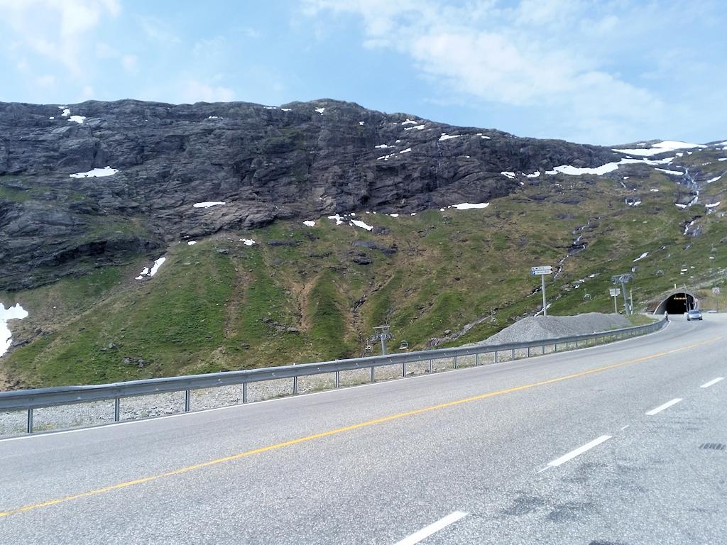 Fjordnorwegen mit dem Motorrad - Hardangervidda mit Einfahrt zu einem der zahlreichen Tunnel