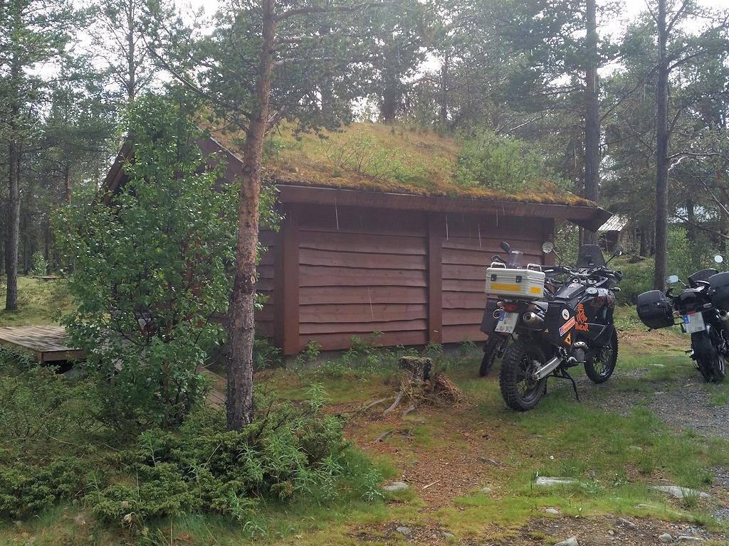 Fjordnorwegen mit dem Motorrad - Hütte im Wald in Lemonsjø
