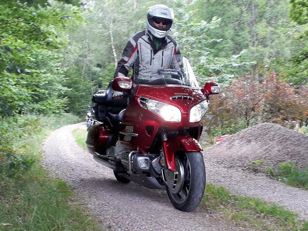 Südschweden - Gelände-Honda Gold Wing auf Schotterweg