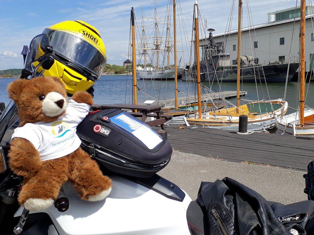 Vor dem Marinemuseum von Karlskrona