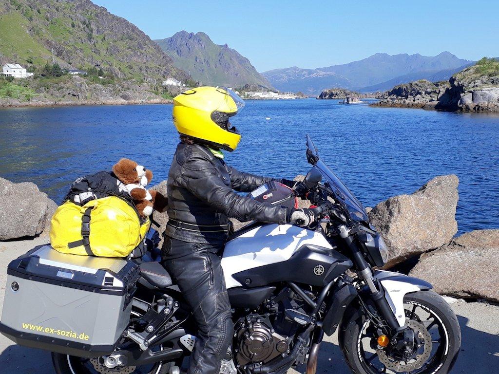 Exsozia mit Urlaubär an der Lofotenküste