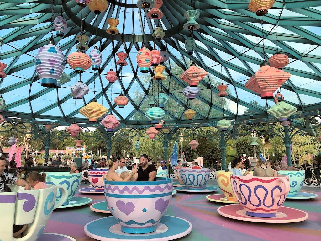 Wilde Fahrt mit den Teetassen vom verrückten Hutmacher