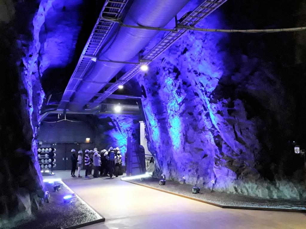 Blau beleuchteter Stollen im Bergwerk