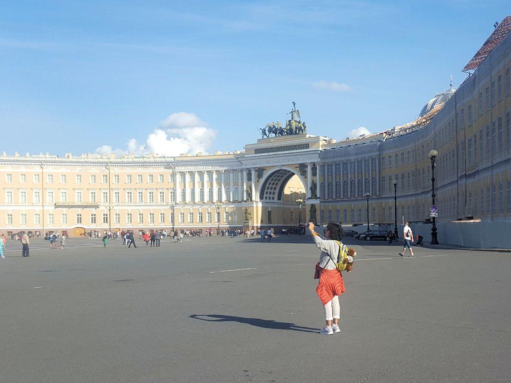 """Fotografierende """"Exsozia"""" auf dem Admiralsplatz"""