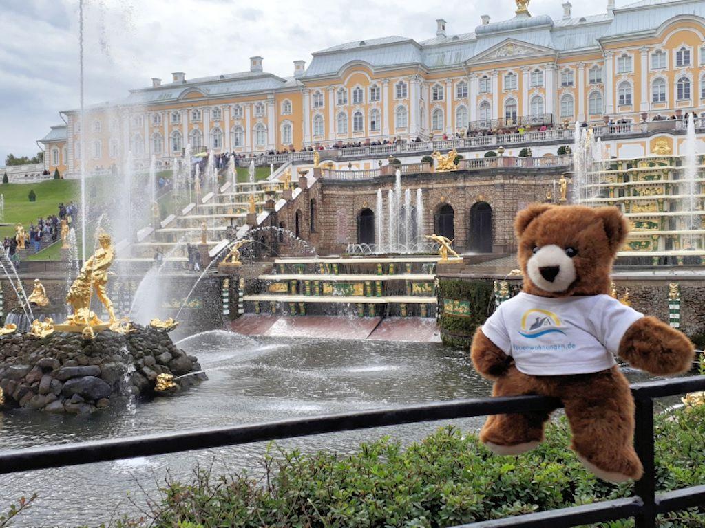 Der Urlaubär vor Schloss Peterhof