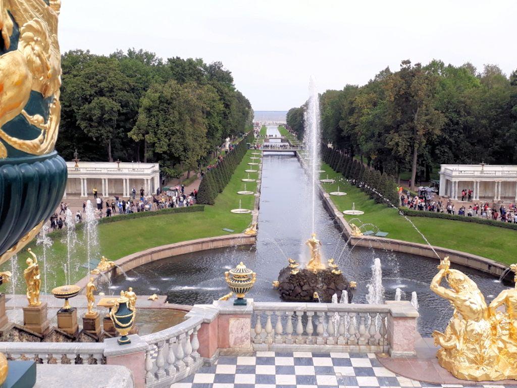 Aussicht auf Wasserspiele des Peterhofs