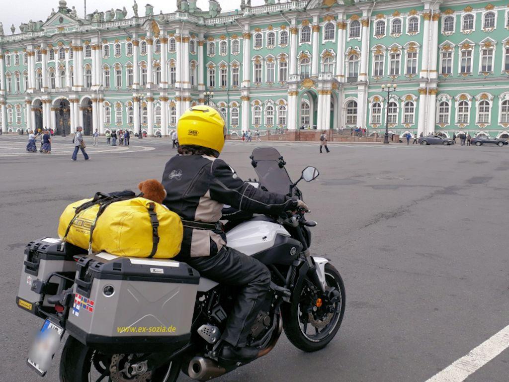 Ulla auf dem Motorrad vor der Eremitage